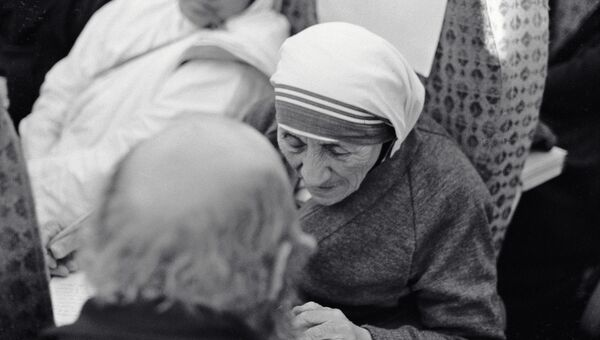 Настоятельница Ордена милосердия мать Тереза с пострадавшими во время землетрясения в Армении, 1988 год