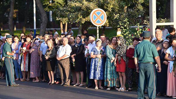 Тысячи жителей Ташкента вышли проводить траурный кортеж с телом Ислама Каримова. Архивное фото