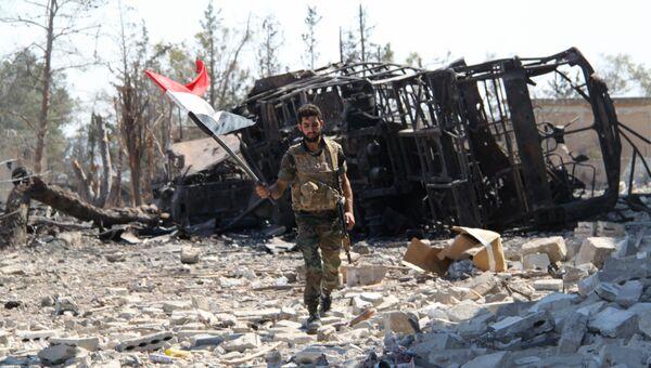 Сирийский военный на освобожденной от боевиков территории военных училищ в Алеппо. Архивное фото
