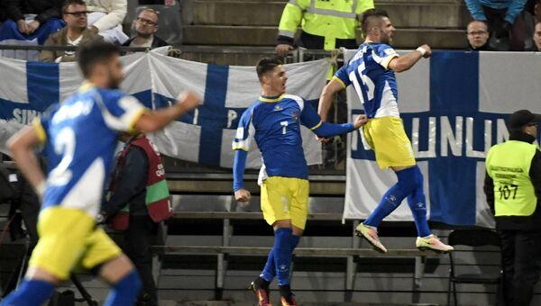 Игроки сборной Косово радуются забитому голу в матче со сборной Финляндии. 5 сентября 2016