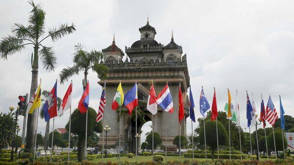 Флаги стран участниц саммита АСЕАН в Лаосе