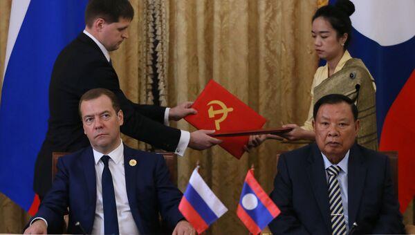 Председатель правительства РФ Дмитрий Медведев и президент Лаоса Буннянг Ворачит на церемонии подписания совместных документов во Вьентьяне. 8 сентября 2016