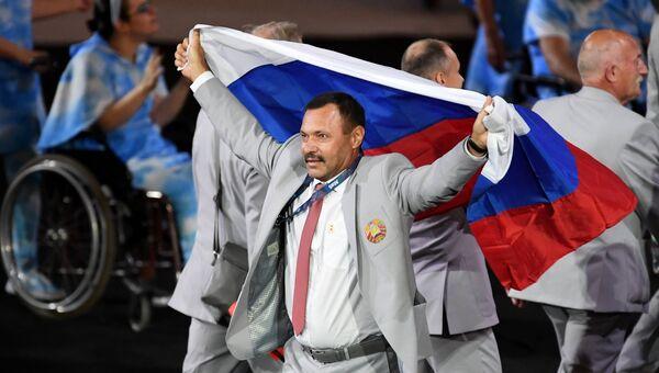 Представитель паралимпийской сборной Белоруссии с флагом России на церемонии открытия XV летних Паралимпийских игр 2016 в Рио-де-Жанейро. Архивное фото