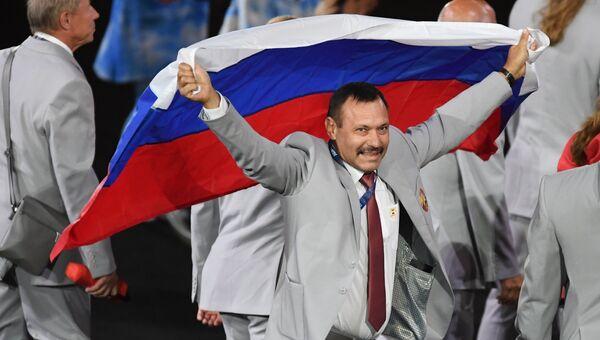 Представитель паралимпийской сборной Белоруссии с флагом России на церемонии открытия XV летних Паралимпийских игр 2016 в Рио-де-Жанейро. 8 сентября 2016