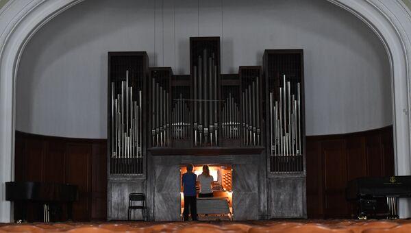 Занятия по органу в Малом зале Московской консерватории. Архивное фото