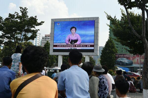 Новостное сообщение о пятом ядерном испытании на уличном экране Пхеньяна, Северная Корея