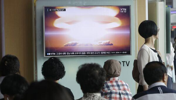 Люди перед телеэкраном в Сеуле, Южная Корея