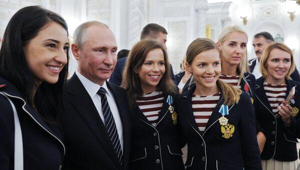 Президент РФ Владимир Путин на торжественном приеме в Кремле после вручения наград победителям и призерам Олимпийских игр в Рио-де-Жанейро