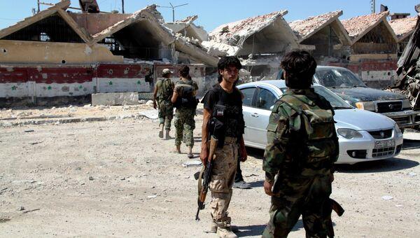 Бойцы сирийской армии на территории освобожденного района Рамусе на юге Алеппо. Архивное фото