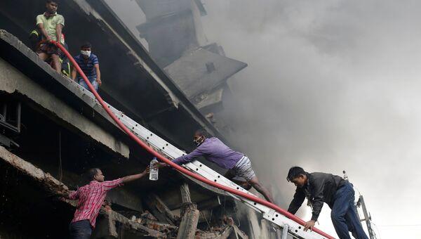 Пожар после взрыва на фабрике в Бангладеш