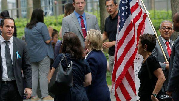 Хиллари Клинтон покидает церемонию памяти жертв терактов 11 сентября 2001 года в Нью-Йорке в связи с вероятным недомоганием