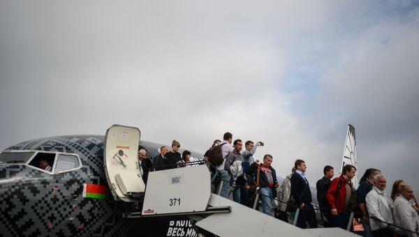 Пассажиры самолета авиакомпании Белавиа первого рейса, прибывшего в аэропорт Жуковский. 12 сентября 2016