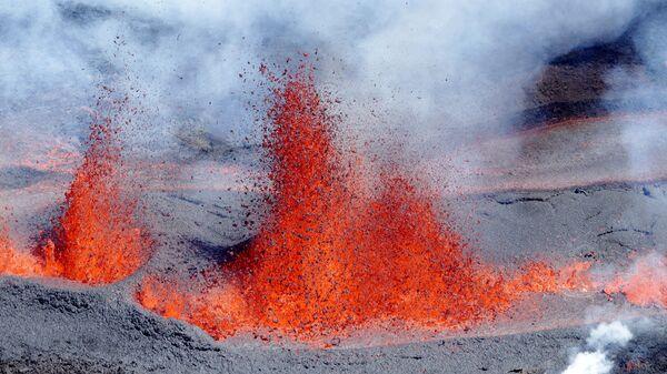 Извержение вулкана Питон-де-ла-Фурнез на острове Реюньон