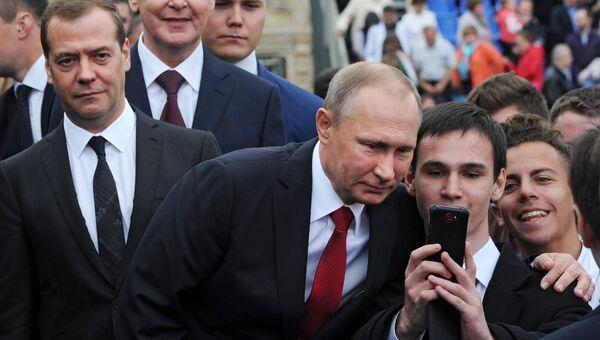Президент РФ Владимир Путин с участниками торжественной церемонии открытия Дня города на Красной площади в Москве