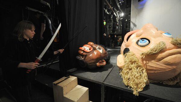 Актеры с куклами за кулисами в театре кукол имени Образцова. Архивное фото