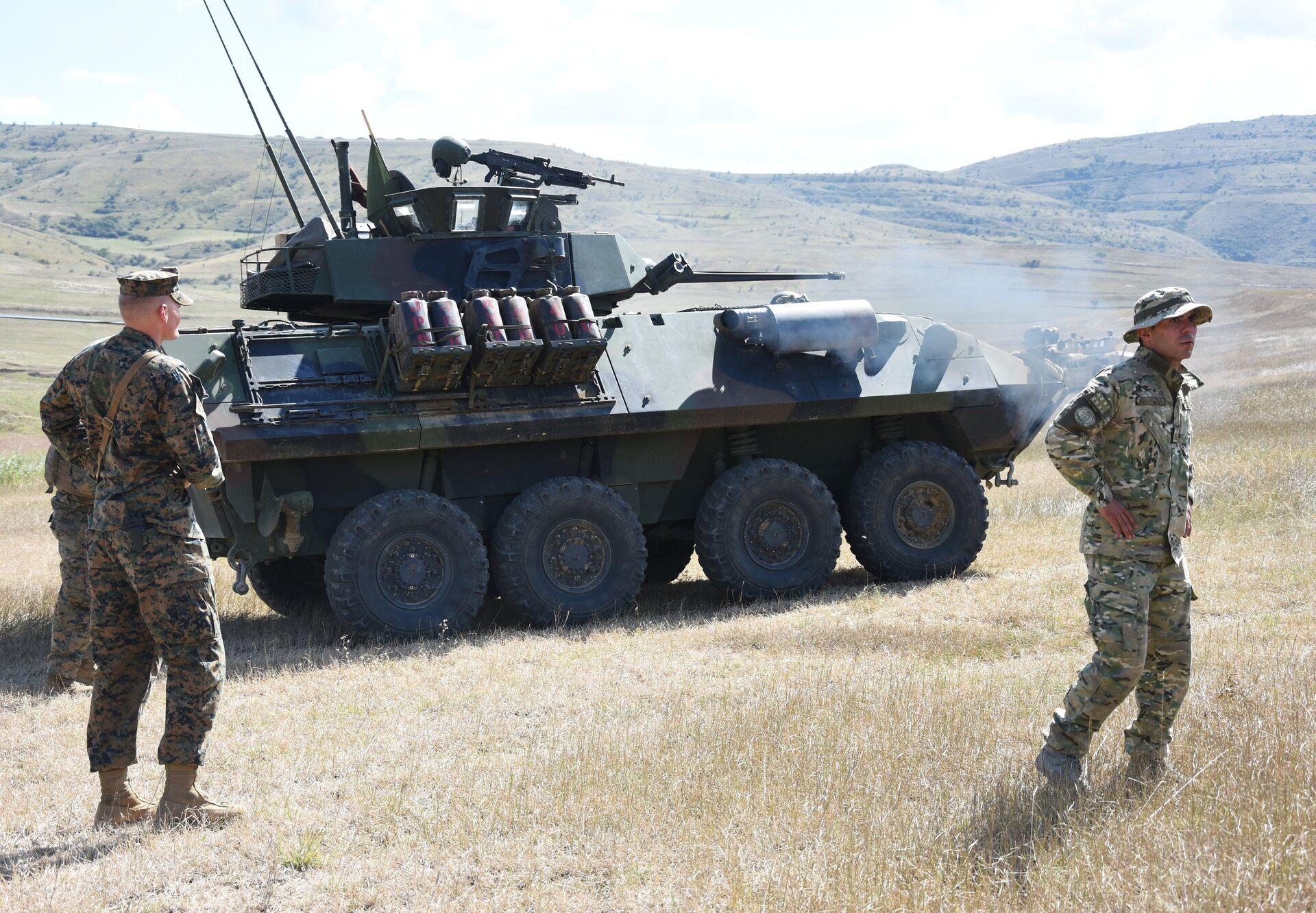 Военнослужащие рядом с легкой бронированной машиной LAV-25 во время учений Agile Spirit-2016 под эгидой НАТО на полигоне Орфоло в Грузии - РИА Новости, 1920, 21.05.2021