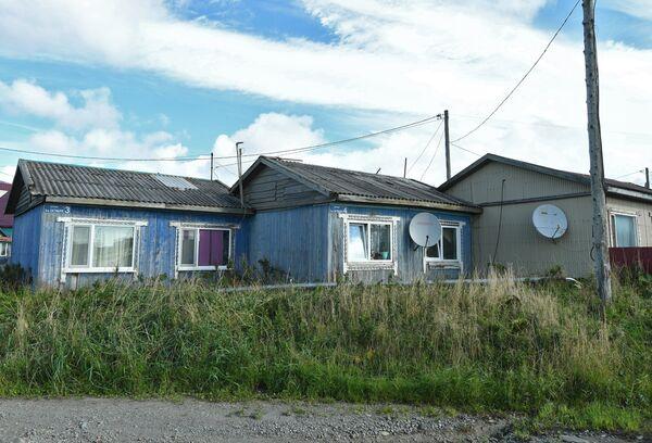 Спутниковые антенны на домах в поселке Южно-Курильск на острове Кунашир Большой Курильской гряды