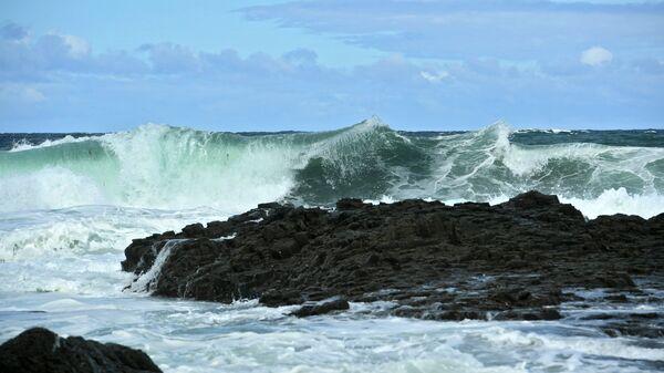Волны Охотского моря у берега на западе острова Кунашир. Архивное фото