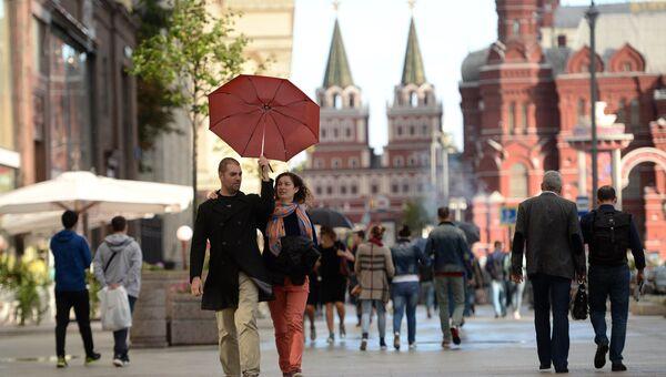 Прохожие на Охотном ряду в Москве. Архивное фото