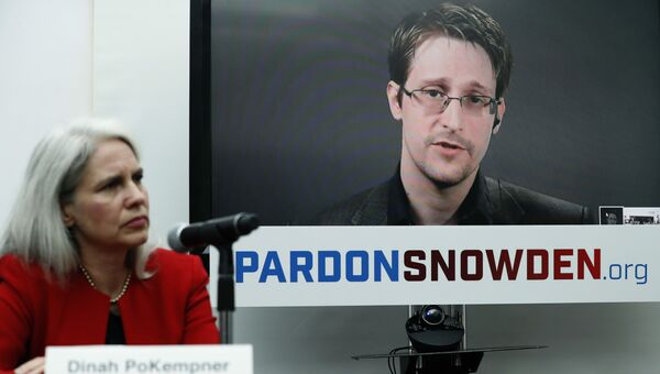 Экс-сотрудник американских спецслужб Эдвард Сноуден во время интерактивной видеоконференции. Архивное фото