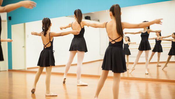Девочки на уроке танцев. Архивное фото