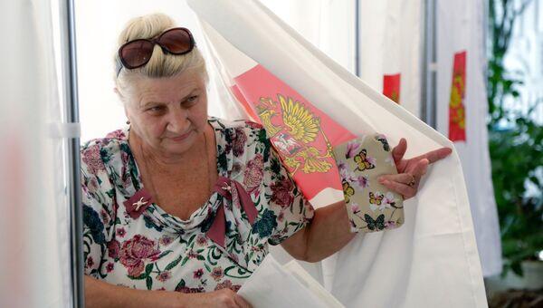 Жительница Симферополя на одном из избирательных участков в единый день голосования. 18 сентября 2016