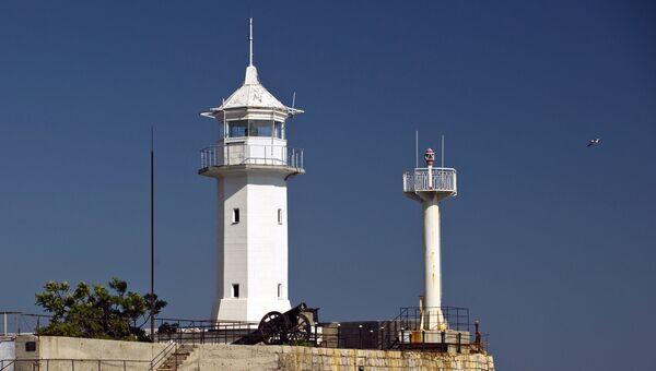 Маяк морского торгового порта в Ялте. Архивное фото