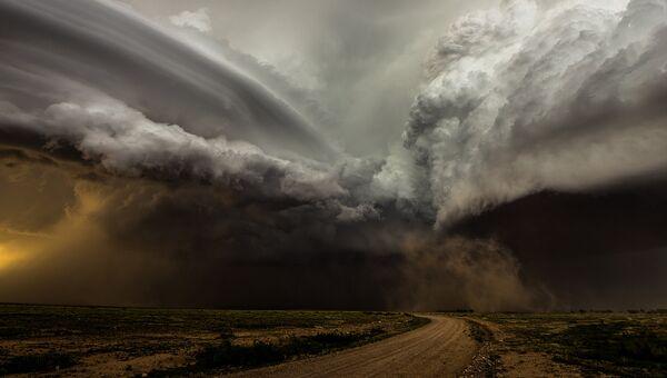 Финалист конкурса Фотограф погодных явлений-2016. Camelia Czuchnicki - Clash of the Storms