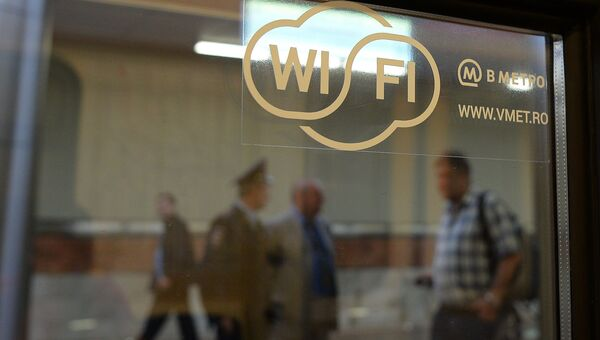 Наклейка на окне поезда метро, обозначающая возможность доступа к интернету через сеть wi-fi в московском метро
