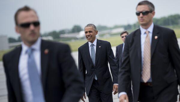Президент США Барак Обама в сопровождении охраны. Архивное фото