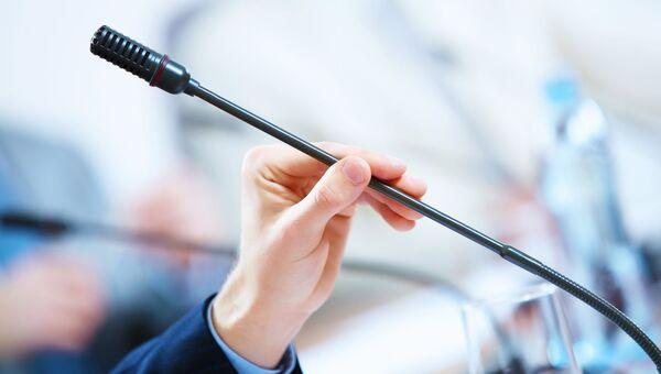 Микрофон в аудитории. Архивное фото