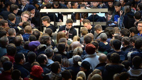 Люди стоят в очереди в торговом центре ГУМ во время старта продаж новых смартфонов iPhone 7 и iPhone 7 Plus