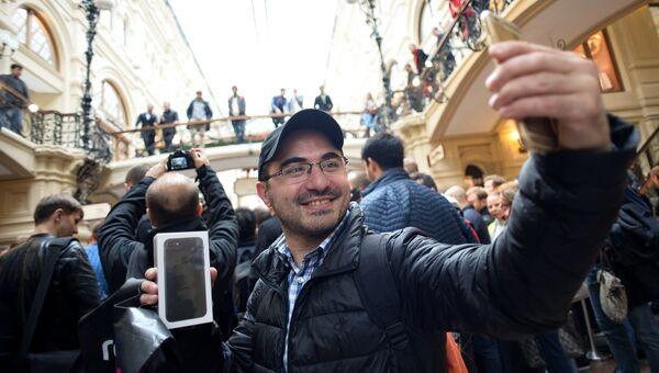 Покупатели новых смартфонов iPhone 7 и iPhone 7 Plus в торговом центре ГУМ. 23 сентября 2016