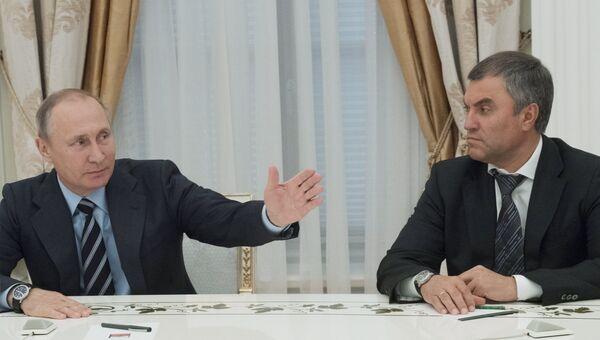 Президент РФ Владимир Путин и первый заместитель руководителя администрации президента РФ Вячеслав Володин во время встречи в Кремле с вновь избранными главами регионов. 23 сентября 2016