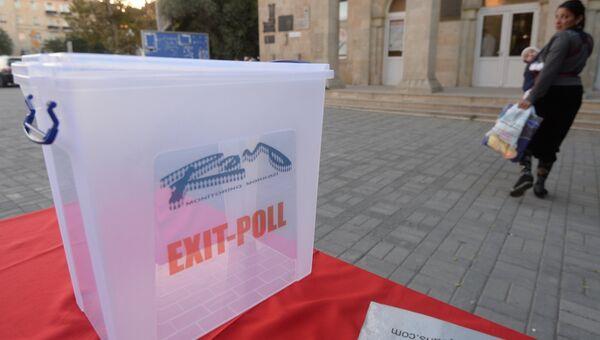 Урна для экзит-полла у здания избирательного участка на выборах президента Республики Азербайджан