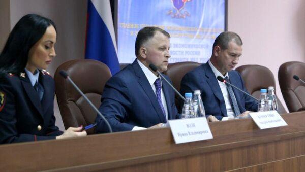 Начальник антикоррупционного главка (ГУЭБиПК) МВД РФ генерал Андрей Курносенко (в центре). Архивное фото