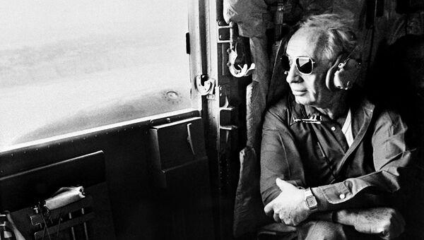 Старейший израильский политик и государственный деятель Шимон Перес в самолете. 1984 год