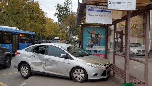 Последствия ДТП с участием автомобиля, который врезался в остановку наземного городского транспорта на ул. Дмитрия Ульянова