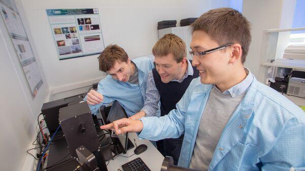 Дмитрий Свинцов и коллеги проводят эксперименты с графеном