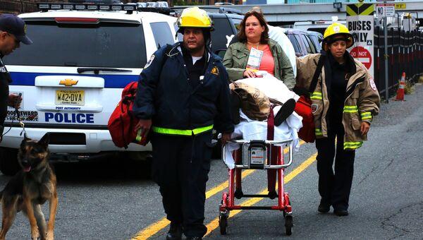 Сотрудники экстренных служб на месте железнодорожной катастрофы на станции города Хобокен в штате Нью-Джерси, США. 29 сентября 2016