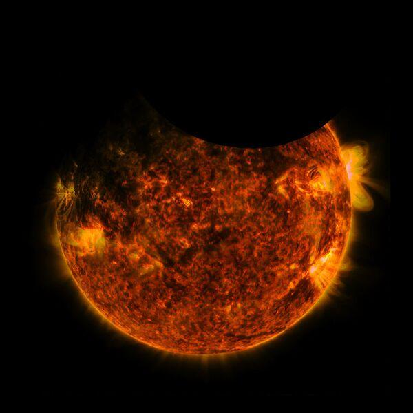 Двойное затмение солнца на снимке Обсерватории солнечной динамики NASA