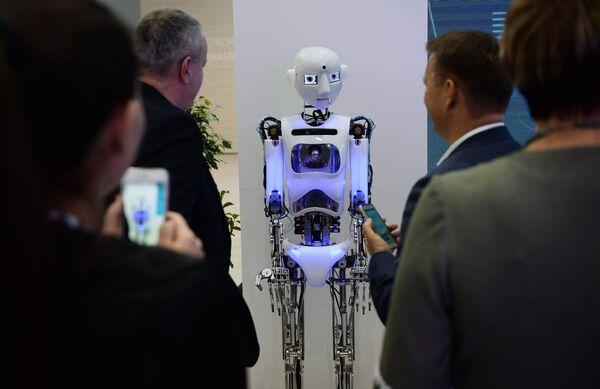 Посетители у робота Thespian на международном инвестиционном форуме Сочи 2016