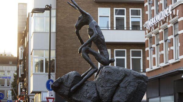Скульптура Кролик мыслитель в центре Утрехта