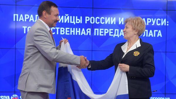 Передача России флага, развернутого представителями Белоруссии на открытии ПИ-2016 в Рио-де-Жанейро