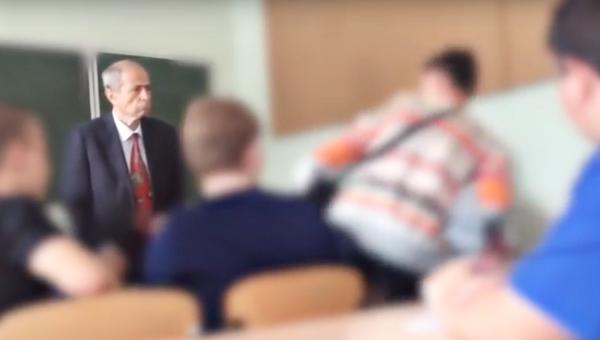 Стоп-кадр с видеозаписи конфликта между преподавателем и студентом в Южно-технологическом колледже города Нерюнгри