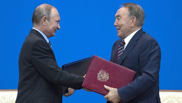 Президент РФ Владимир Путин и президент Казахстана Нурсултан Назарбаев на церемонии подписания совместных документов во Дворце Независимости в Астане. 4 октября 2016