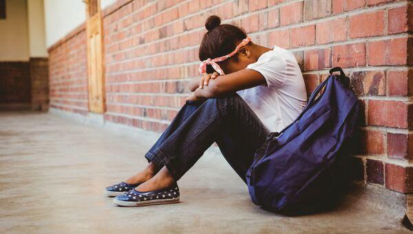 Ученица в школьном коридоре. Архивное фото