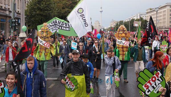 Участники акции протеста в Берлине против создание зоны свободной торговли между Евросоюзом и Канадой. Архивное фото