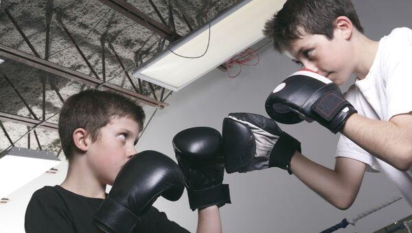 Подростки на боксерском ринге