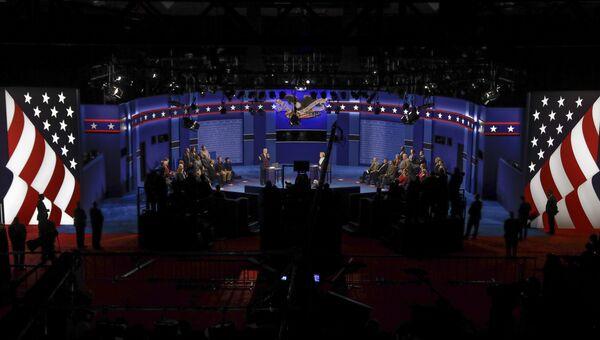 Дональд Трамп и Хиллари Клинтон во время предвыборных дебатов. 9 октября 2016